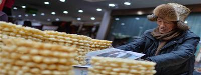 Lhasa citizens buy goods to greet Losar