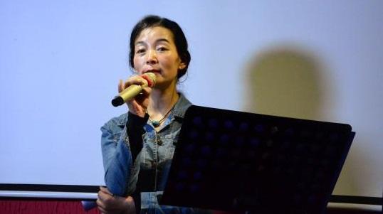 知名西藏青年女诗人琼吉朗诵其个人作品《茶馆》。 陈韬彬 摄