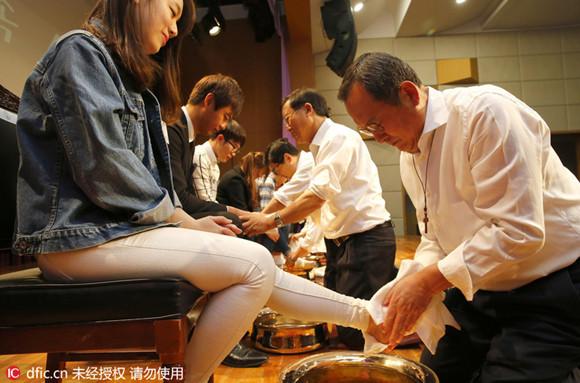 Direktor einer südkoreanischen Uni wäscht den Studenten die Füße 1