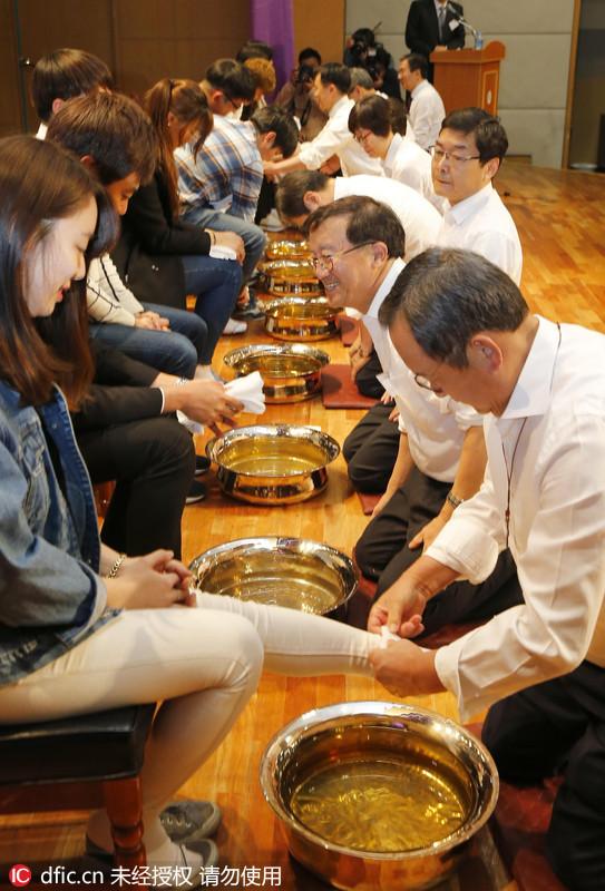Direktor einer südkoreanischen Uni wäscht den Studenten die Füße 2