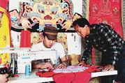 自治区级刺绣唐卡传承人罗布向学徒传授技艺