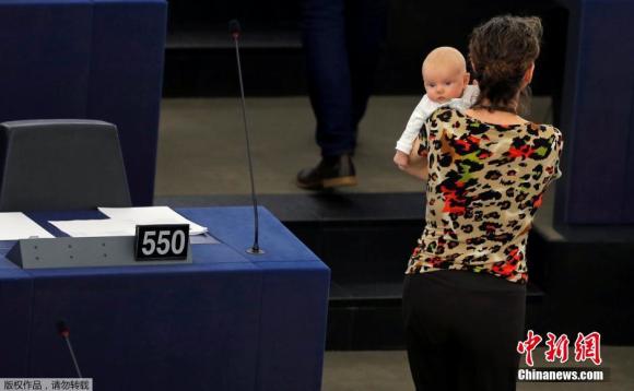 Am 14. April 2016 Ortszeit nahm die britische Abgeordnete des EU-Parlaments Anneliese Dodds mit ihrem Baby an einer Abstimmungskonferenz teil. 2