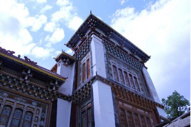 What does Tibetan-Han-Naxi-style architecture look like?