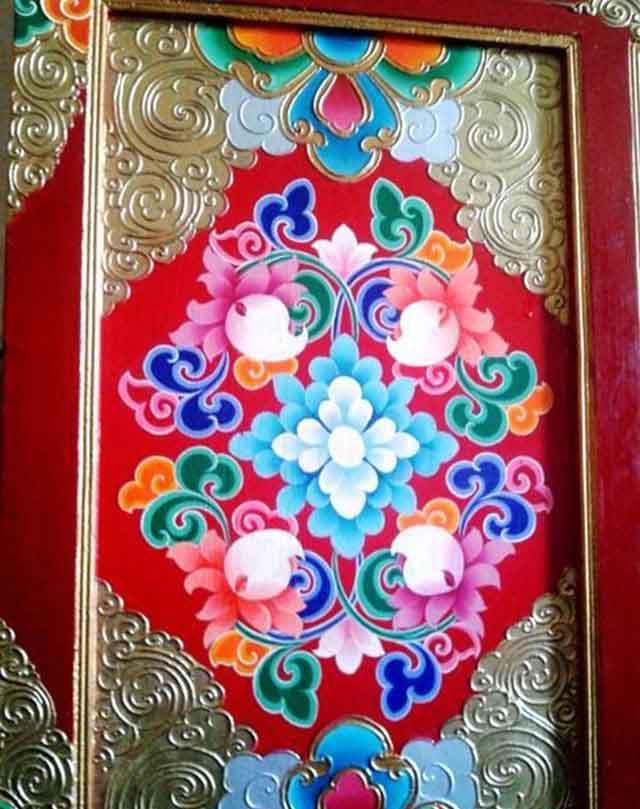 甘孜彩绘中有许多原始淳朴的艺术创造,独一无二的艺术形式,能深深打动人的心灵、触动人的情感。通过甘孜彩绘,我们可以形象地看到甘孜县宗教、文化背后的历史事件、人民的生存状态和生活方式、甘孜人民的生活习俗,以及他们的思想与感情、艺术创作方式、艺术特点和艺术成就。 藏族民间家具木雕彩绘艺术 藏族木雕木刻彩绘艺术是藏族民间六大传统雕塑种类:陶、石、木、铜、泥、酥油塑的重要组成部分,是勤劳智慧的藏族人民在其艰苦的自然环境中形成的独特的生活方式规范下,依照美的尺度、按材料质地和用途分类创造出的雕刻品种。藏族木雕彩绘艺