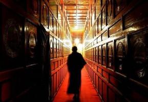 Warum wird die Reinkarnation des Dalai Lama durch die Losziehung aus der Goldenen Urne bestimmt?