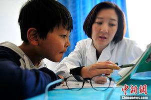 Ärzte helfen sehbehinderten tibetischen Kindern