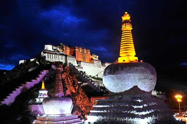 Tibet cracks down on scalpers and illegal tour guides outside Potala Palace