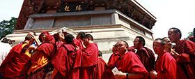 参加学衔授予活动的僧人朝拜佛牙舍利塔