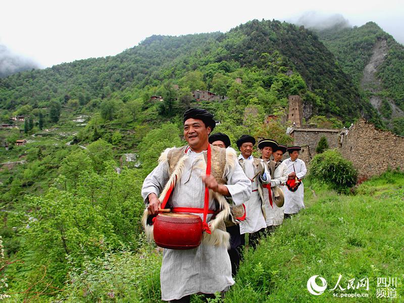阿坝羌寨黑虎茂县的服饰帕:述说视频的傻子薛白布历史图片