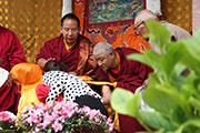 萨噶达瓦节 十一世班禅为信众摸顶赐福