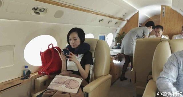 土豪的生活:王健林私人飞机内直播斗地主