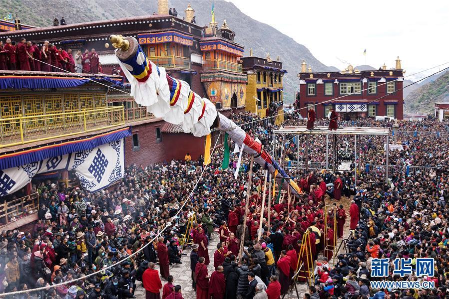 """西藏楚布寺举行""""立塔钦""""宗教仪轨"""