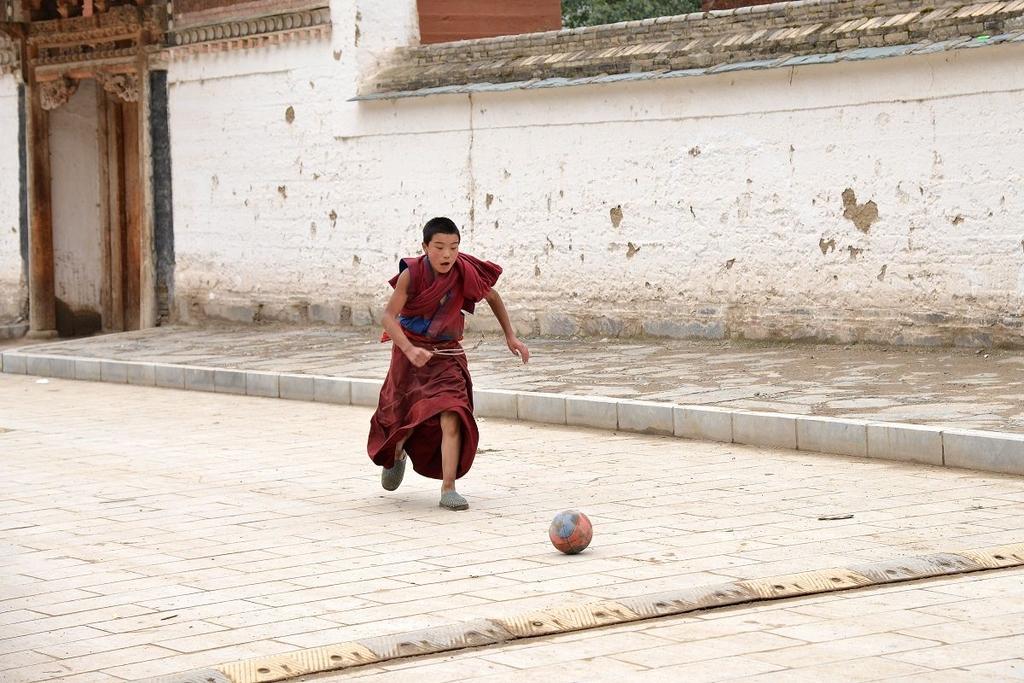 小喇嘛们在练功(中国西藏网 文王东 图片来源网络)凡转载该作品,须