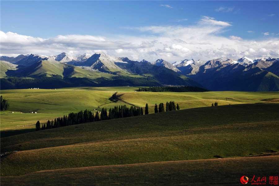 Malerische Kalajun-Steppe in Xinjiang