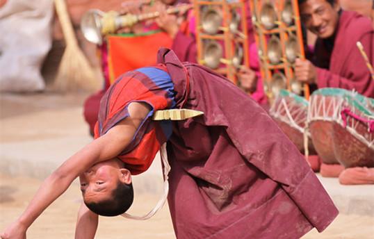 Buddhistische Anhänger auf dem Hochland treiben Sport