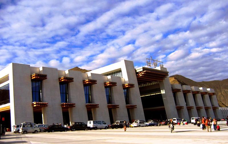 Bahnhof Lhasa: Enormes Passagieraufkommen zur Sommerzeit
