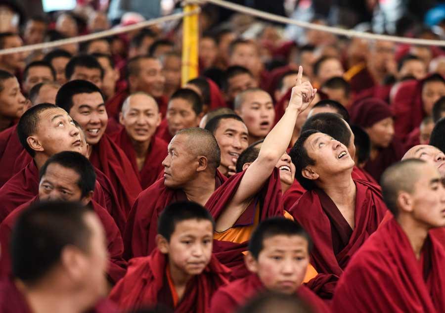 Throngs seek light, wisdom in Tibet
