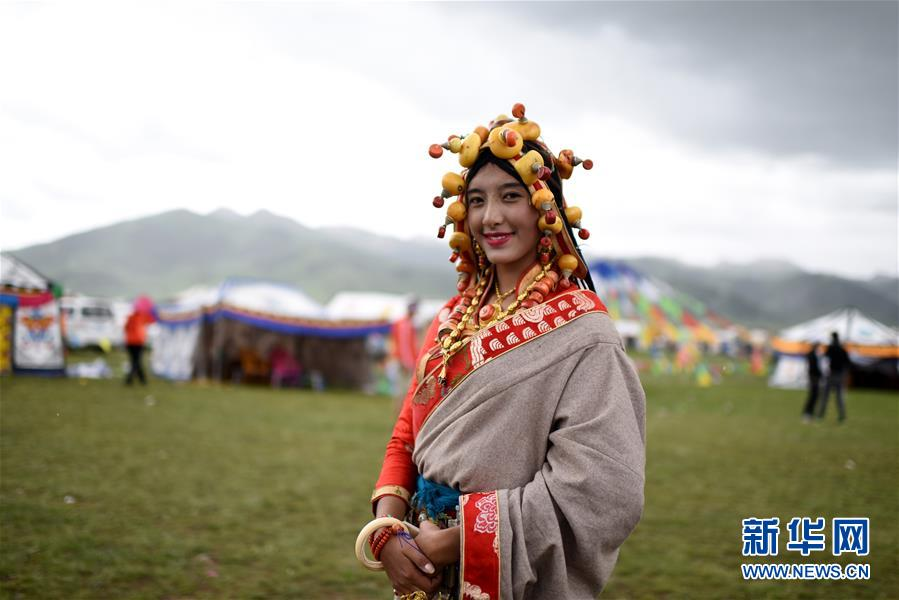 Traditionelle tibetische Kostüme auf der Wiesen-Modeschau präsentiert