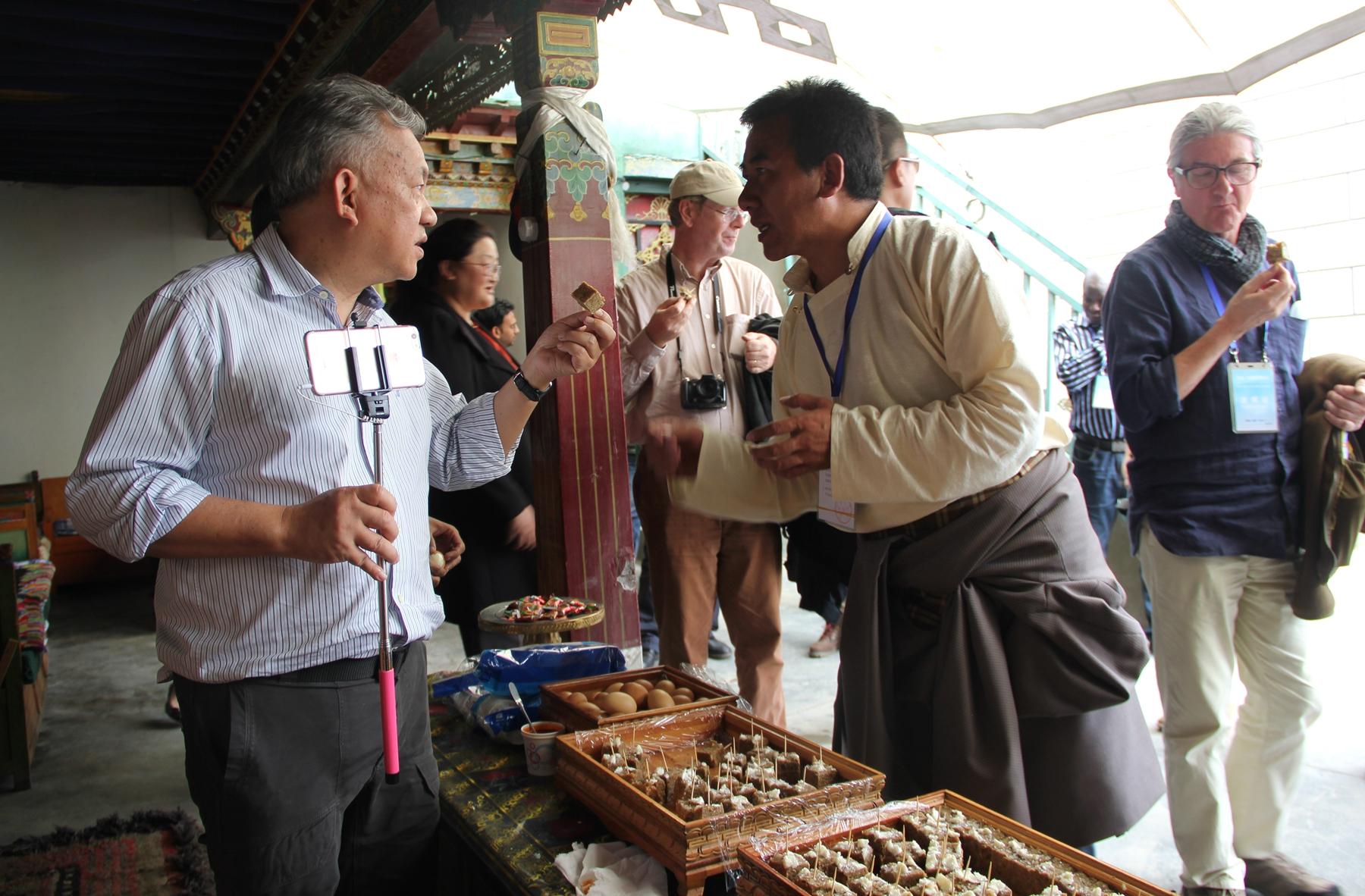 2016·中国西藏发展论坛中外嘉宾做客藏家:喝甜茶、吃糌粑