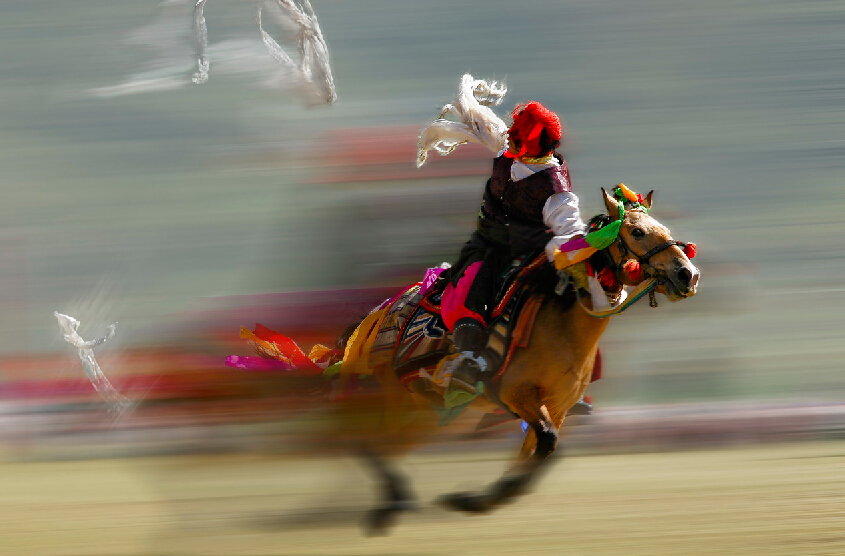 Qinghai Huangnan: horse racing becomes important exercise