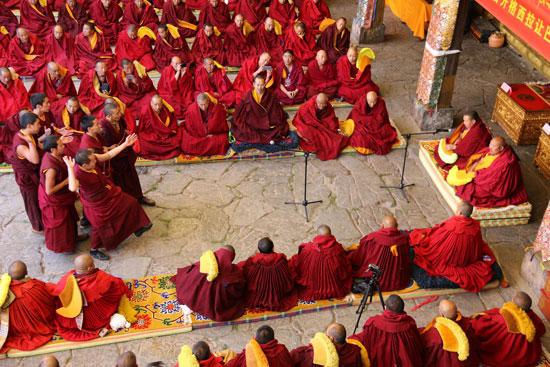 Zehn Mönche aus Tibet konkurrieren um den höchsten Titel des tibetischen Buddhismus