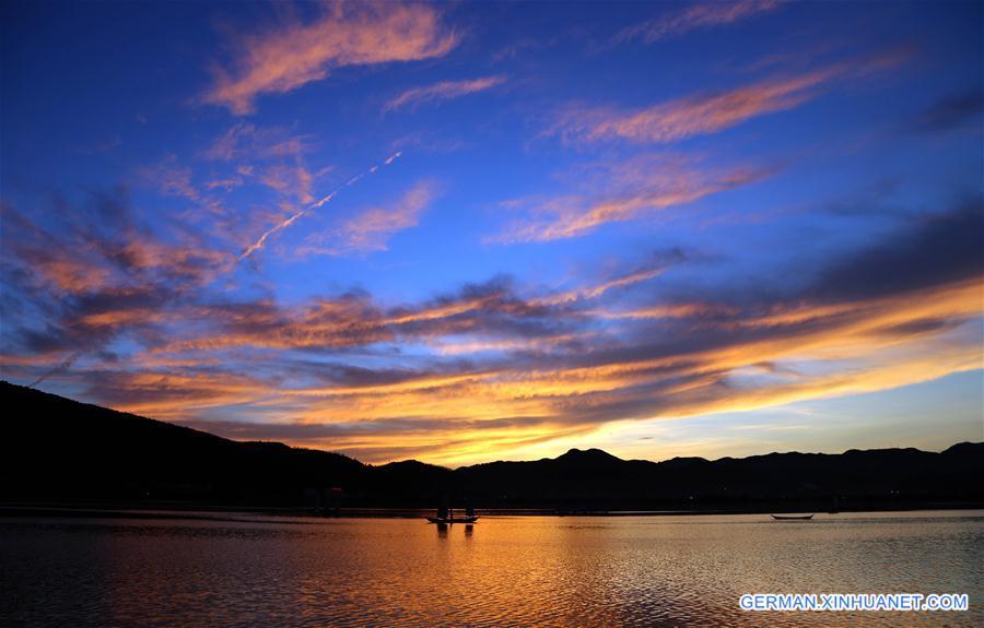 Abenddämmerung am Dianchi-See in Kunming