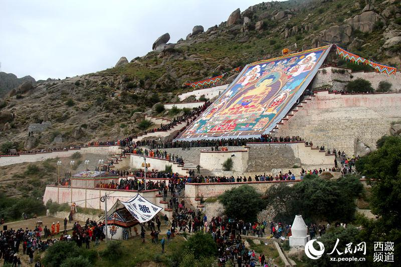 9月1日是一年一度西藏拉萨雪顿节的第一天,拉萨哲蚌寺举行盛大的展佛活动,吸引数十万人前往哲蚌寺参观膜拜。图为展佛仪式现场。琼达卓嘎 摄