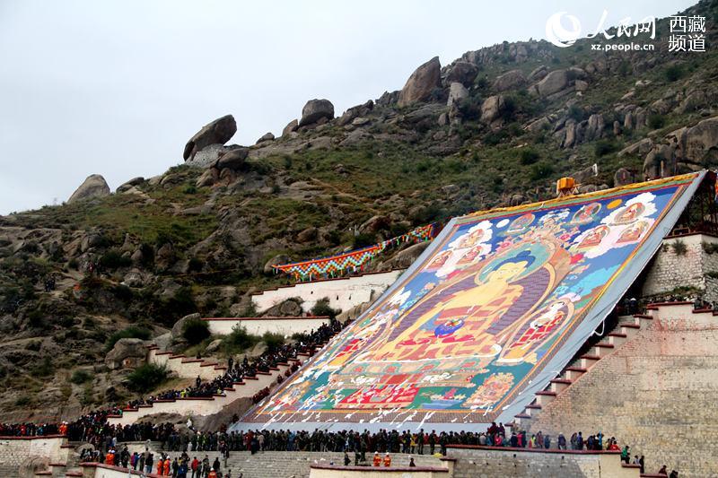 9月1日是一年一度西藏拉萨雪顿节的第一天,拉萨哲蚌寺举行盛大的展佛活动,吸引数十万人前往哲蚌寺参观膜拜。图为展佛仪式现场。吴雨仁 摄