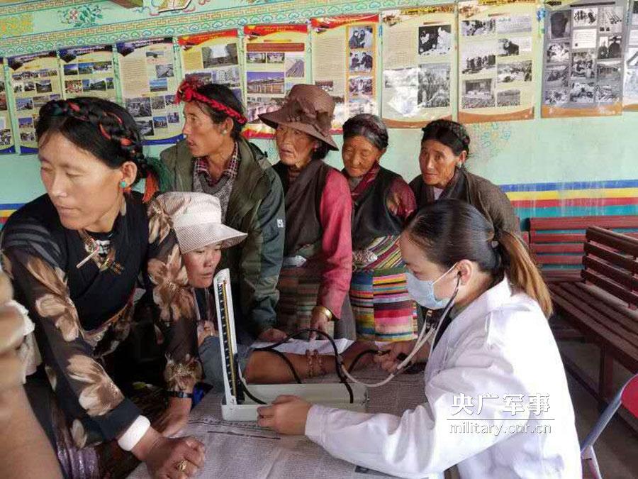 我军第97医院第11批援藏医疗队深入高原义务巡诊