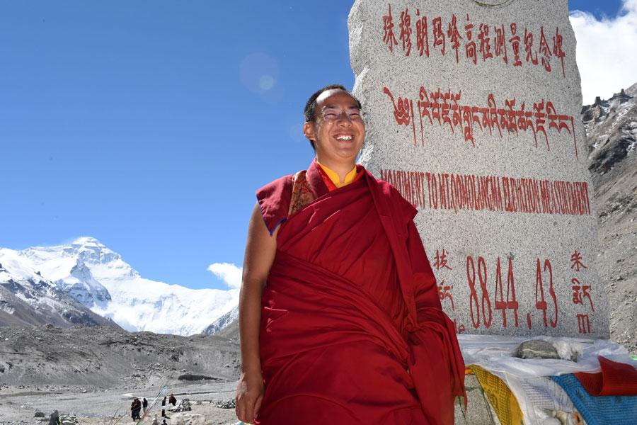 Panchen Lama prays at foot of Qomolangma