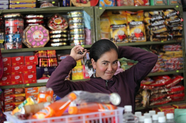 Why do Nepalese borderland inhabitants like to do business in China?