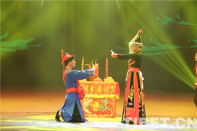 总书记关怀下成长的歌舞团每周为居民免费演出