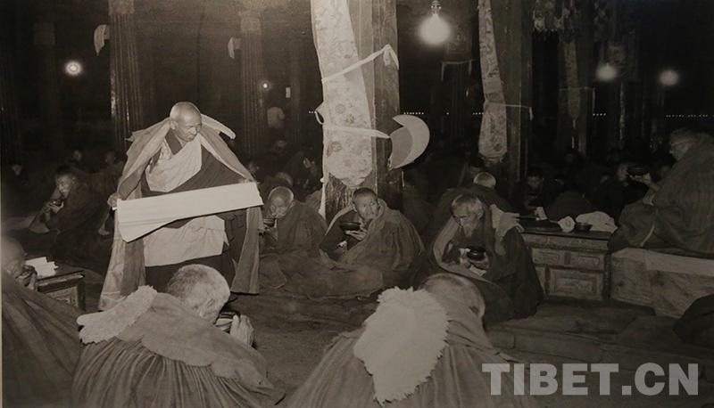 珍贵老照片:十世班禅转世灵童金瓶掣签