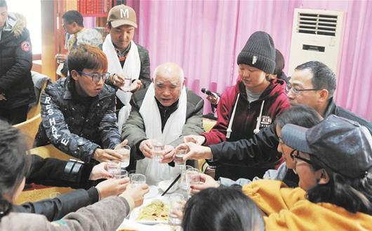"""""""Opa Wuhan"""" sorgt sich seit 39 Jahren um ethnisch tibetische Studenten"""