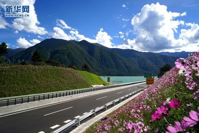 Tibet opens Lhasa-Nyingchi expressway