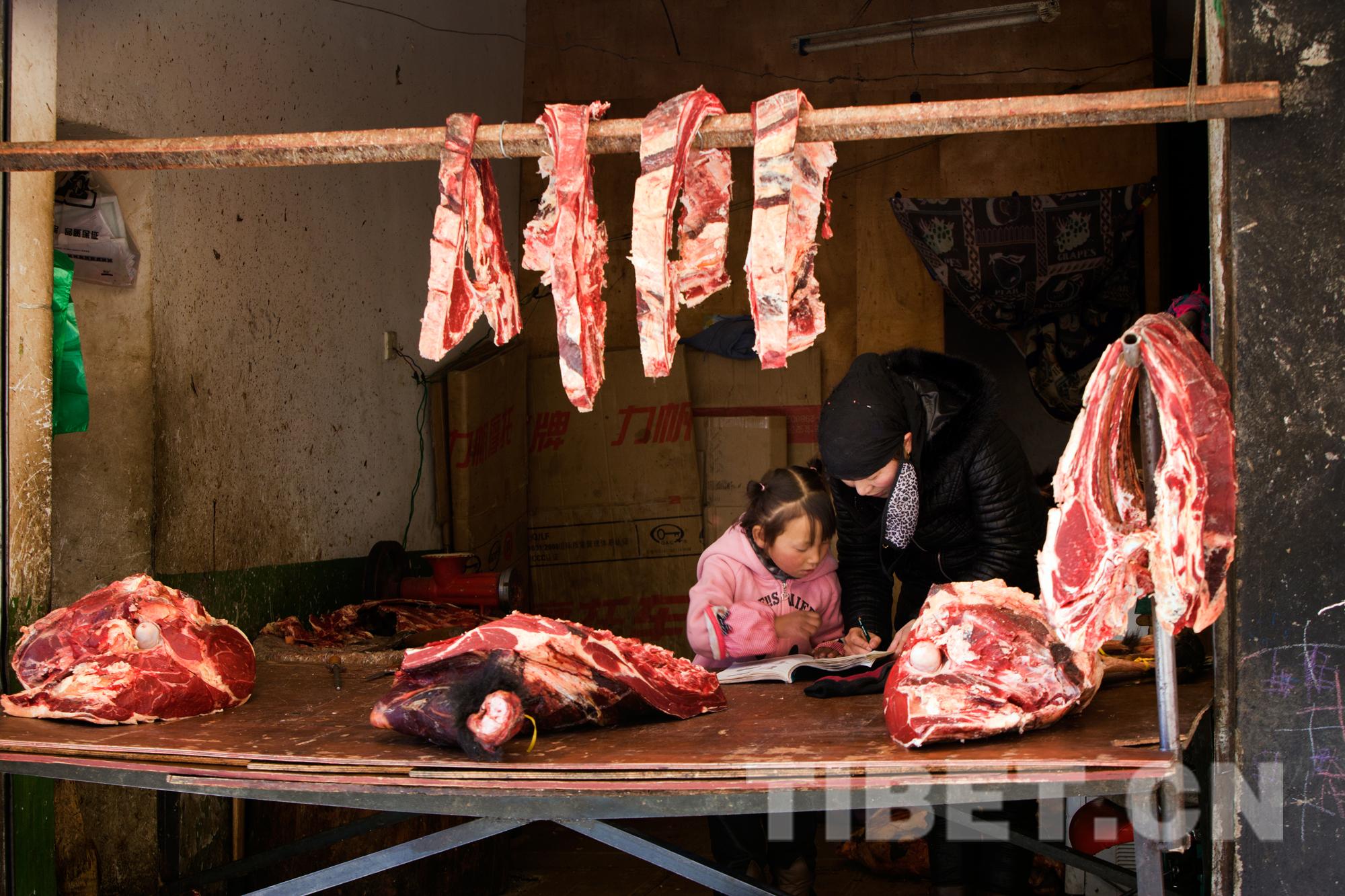 八廓街卖牦牛肉的商户 沙万泉摄