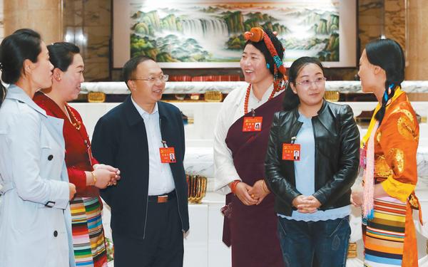"""西藏十九大代表进入""""会议模式"""" 认真参会积极建言"""