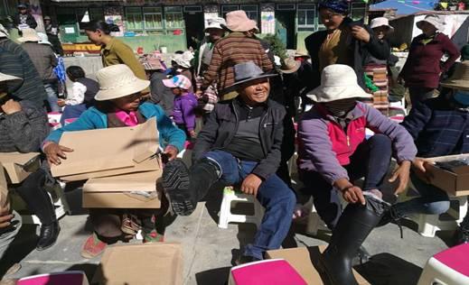 驻村工作队为扎西村182户农牧民 送27300余元的棉雨鞋