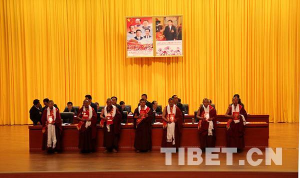 西藏僧尼修行济世两不误