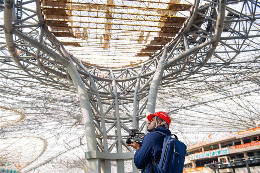 Beijings neuer Flughafen erhält sein Dach
