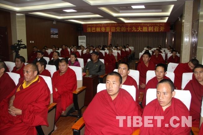 图为昌都市强巴林寺僧尼观看十九大直播 来源:西藏统战部