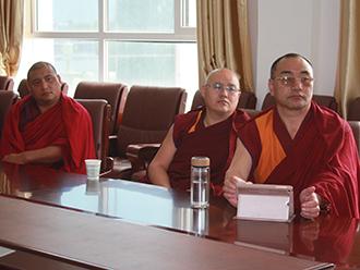 青海省藏语系佛学院集体收看党的十九大开幕盛况