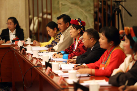 Tibetische Vertreter tragen feierliche Kleidung zum Parteitag