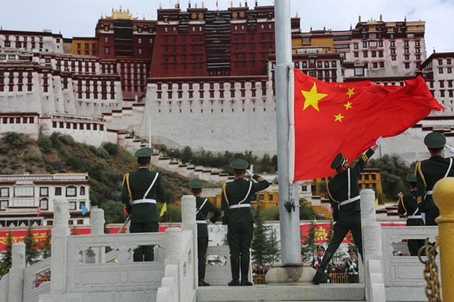 """西藏拉萨举行""""升国旗唱国歌""""仪式庆祝祖国68周年华诞"""