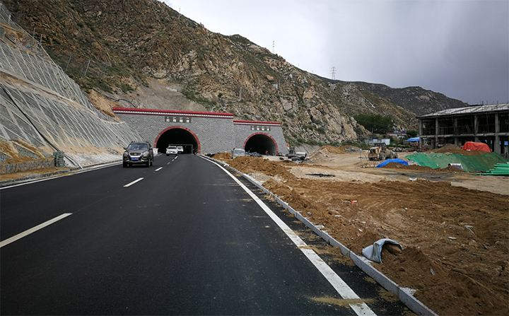 拉萨北环路拉隆隧道双向贯通