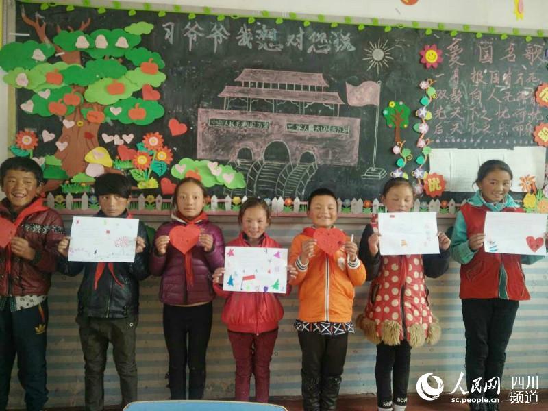 Schüler feiern den Start des 19. Parteitages durch Zeitungsabschreiben