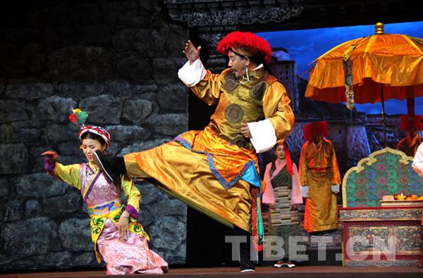 传统藏戏《朗萨雯波》从广场剧完成舞台化公演