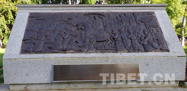 布达拉宫胜景下的这八块石碑让你读懂西藏今昔