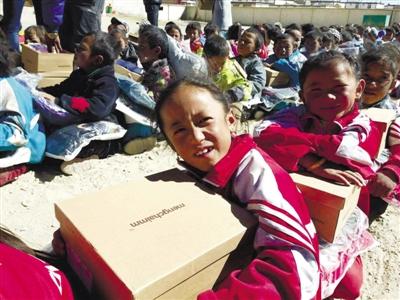 Tibetische Grundschulen geben Güter an Schüler und Lehrer aus