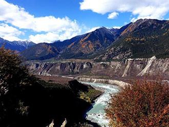 西藏雅鲁藏布大峡谷初冬美如画